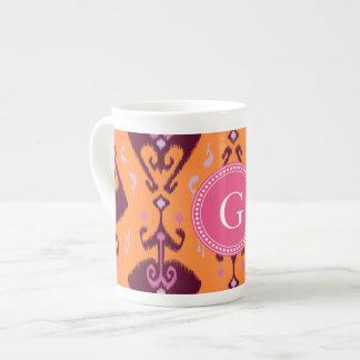 Monograma tribal del modelo del ikat anaranjado fe taza de porcelana