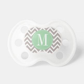 Monograma verde claro y gris del personalizado de  chupetes para bebés