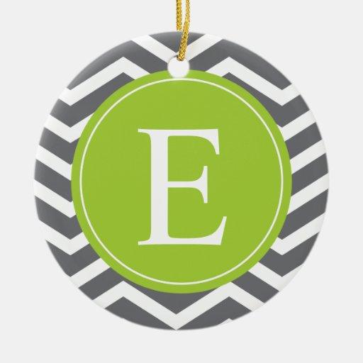 Monograma verde de Chevron del blanco gris Adorno Navideño Redondo De Cerámica
