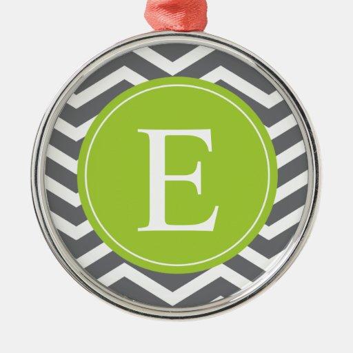 Monograma verde de Chevron del blanco gris Adorno Navideño Redondo De Metal
