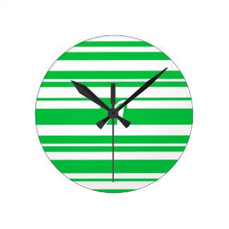 Monograma verde y blanco en colores pastel oscuro reloj redondo mediano