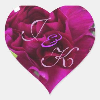 Monograma vibrante de los claveles del putple pegatina en forma de corazón