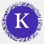 Monogramas blancos azules del boda del diseñador pegatinas redondas