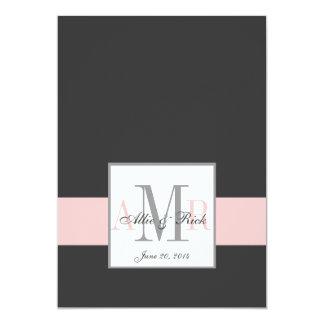Monogramas rosados del carbón de leña que casan la invitación 12,7 x 17,8 cm