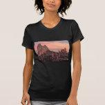 Monolito en la puesta del sol camiseta