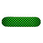 Monopatín a cuadros de la verde lima y del negro