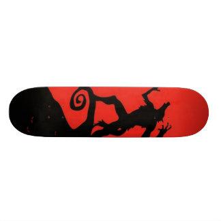 Monopatín asustadizo de la silueta del hombre lobo skateboard