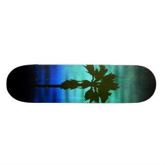 Monopatín azul de la palma