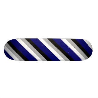 Monopatín azul, gris, blanco y negro