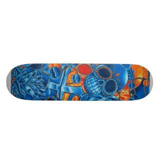 Monopatín azul y anaranjado de los cráneos
