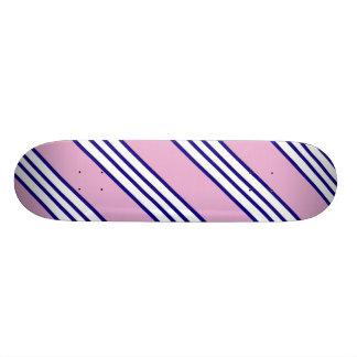 Monopatín blanco, azul y rosado de las rayas