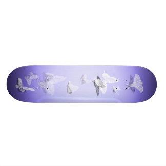 Monopatín blanco de la mariposa tablas de patinar