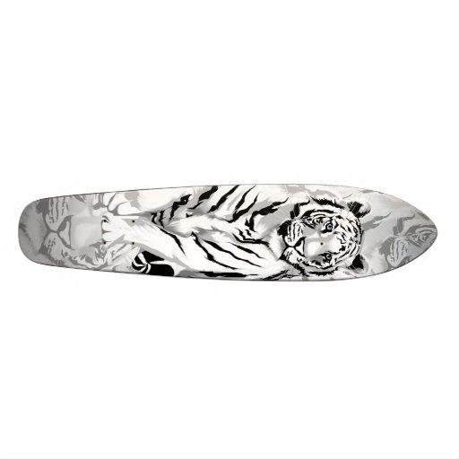 Monopatín blanco majestuoso del tigre