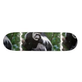 "Monopatín blanco y negro del mono patineta 7 3/8"""