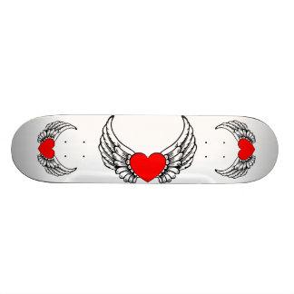 Monopatín con alas del corazón skateboard