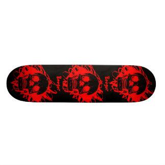 Monopatín - cráneos rojos que brillan intensamente tablas de skate