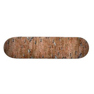 Monopatín de la pared de ladrillo skate board
