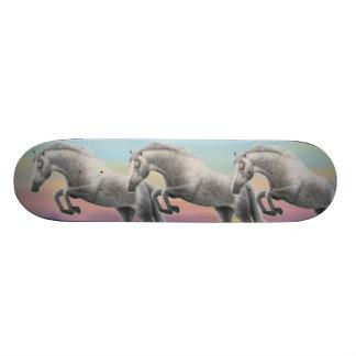 Monopatín de salto Dappled del caballo gris
