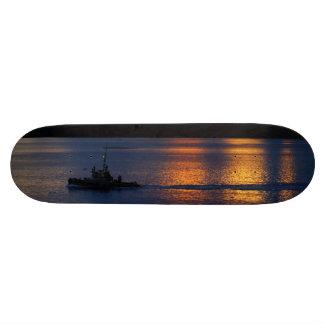 Monopatín del barco de pesca de la puesta del sol