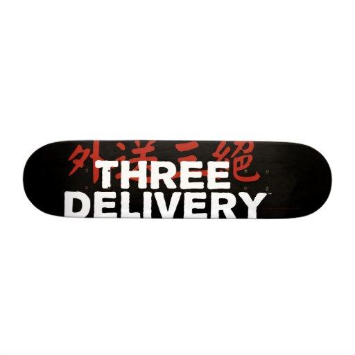 Monopatín del logotipo de tres Delivery™ Skate Board