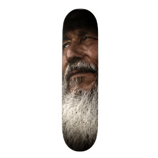 Monopatín del viejo hombre patines