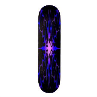 Monopatín púrpura y azul del tatuaje tribal de las