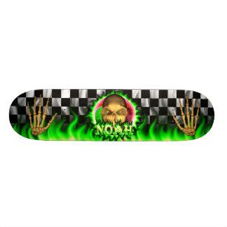 Monopatín verde de las llamas y del cráneo de Noah