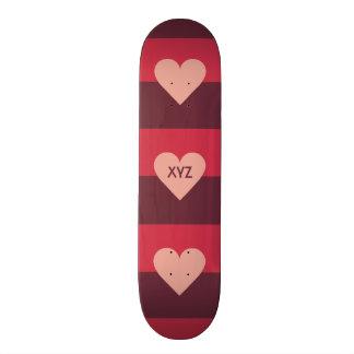 Monopatines de encargo del monograma del corazón d tablas de skate