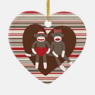 Monos del calcetín en regalos del corazón del el adorno de cerámica en forma de corazón