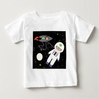 Monos en extranjeros del paseo del espacio tshirts