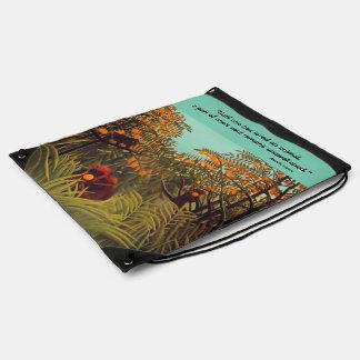 monos en la arboleda anaranjada mochila