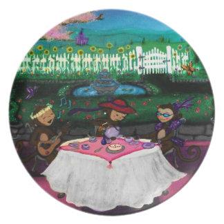 Monos en un jardín platos