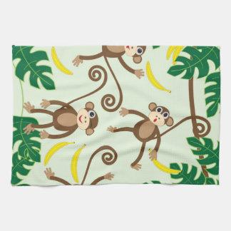 Monos que cuelgan hacia fuera toalla de mano