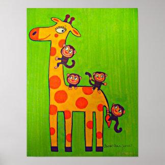 Monos que juegan con la jirafa poster