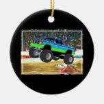 Monster truck maravilloso en la arena adorno navideño redondo de cerámica