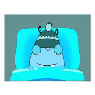 Monstruo azul en dormir de la cama fotografía