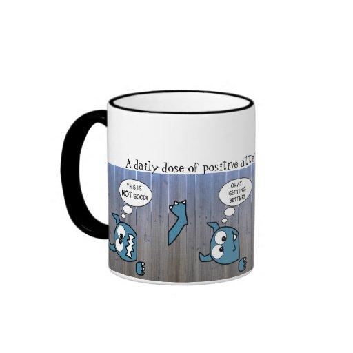 Monstruo azul pegado en cerca taza de dos colores