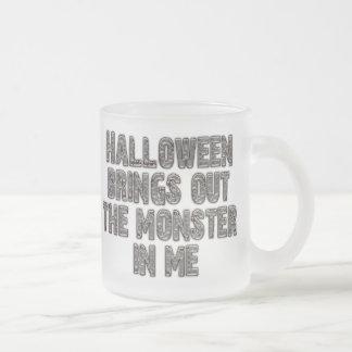 Monstruo de Halloween en mí (gris de la momia) Taza De Café Esmerilada