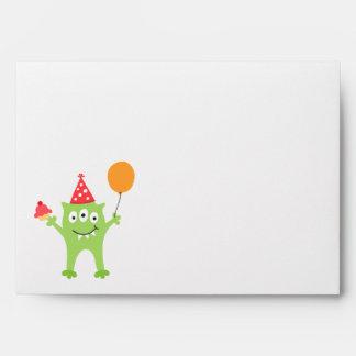 Monstruo divertido con cumpleaños del globo y de l