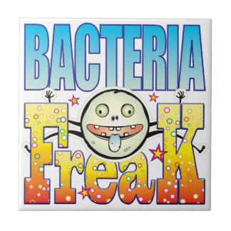 Monstruo extraño de las bacterias azulejo cuadrado pequeño