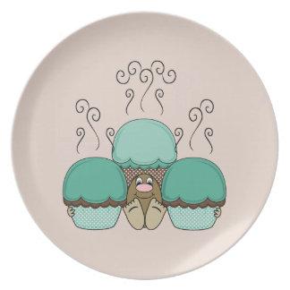 Monstruo lindo con las magdalenas ciánicas y naran plato de comida