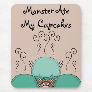 Monstruo lindo con las magdalenas ciánicas y naran tapete de ratones