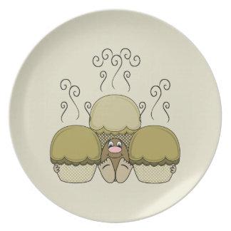 Monstruo lindo con las magdalenas heladas amarillo platos de comidas