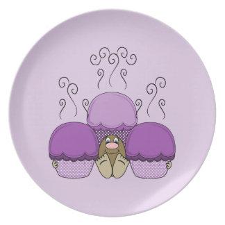 Monstruo lindo con las magdalenas heladas púrpura platos para fiestas