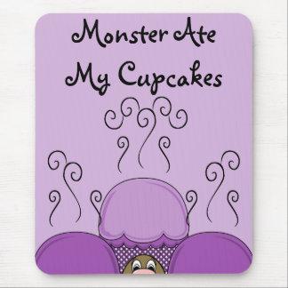 Monstruo lindo con las magdalenas heladas púrpura tapete de ratón