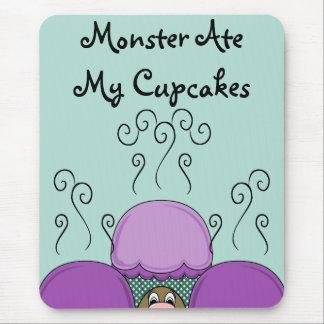 Monstruo lindo con las magdalenas heladas púrpuras alfombrilla de ratones