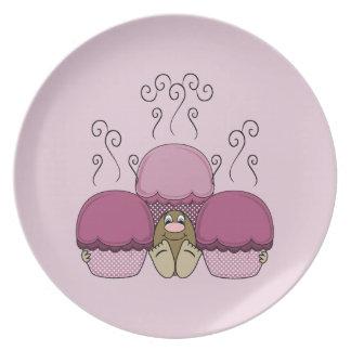Monstruo lindo con las magdalenas heladas rosa plato de comida