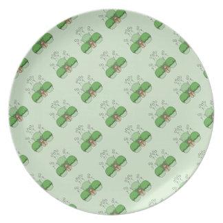 Monstruo lindo con las magdalenas heladas verde plato