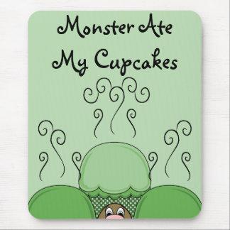 Monstruo lindo con las magdalenas heladas verde tapete de ratones