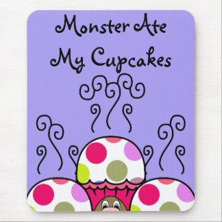 Monstruo lindo con las magdalenas rosadas y púrpur tapetes de ratones